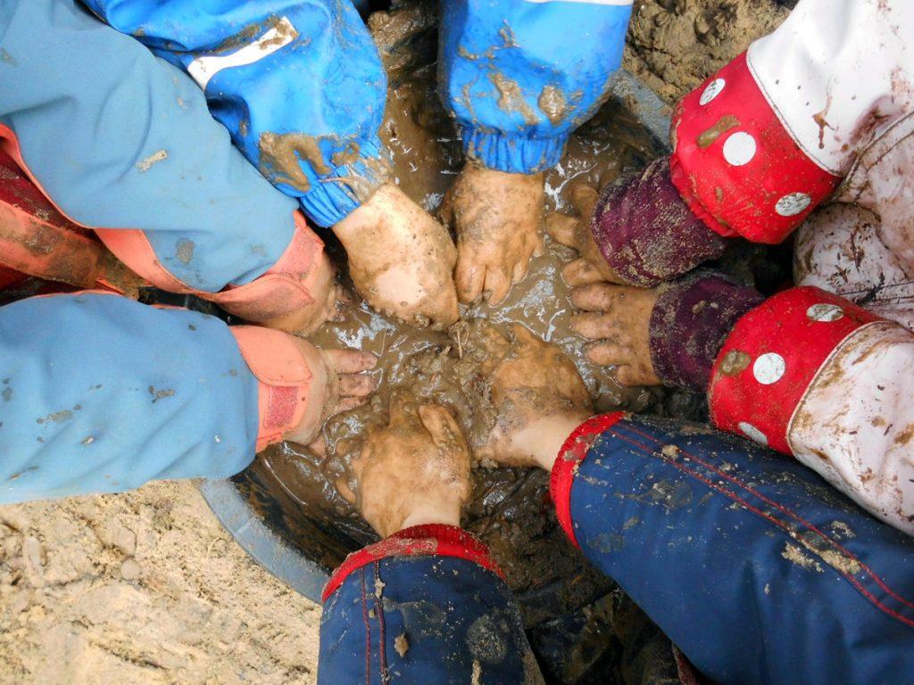 Kinder spielen im Waldkindergarten in Bleckede
