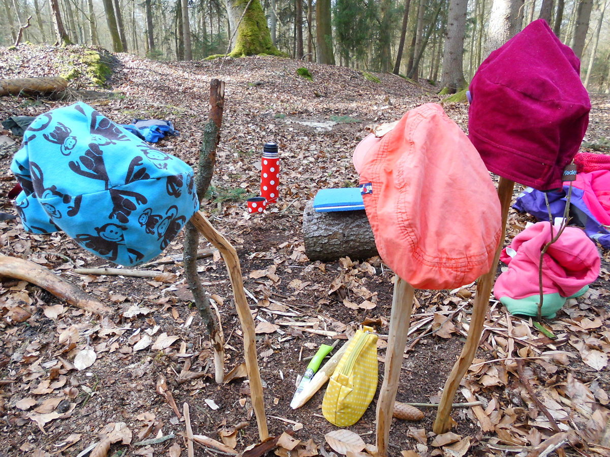 Kinder Mützen im Waldkindergarten in Bleckede